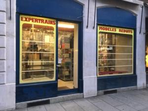 les scotchs représentent les étagères des vitrines